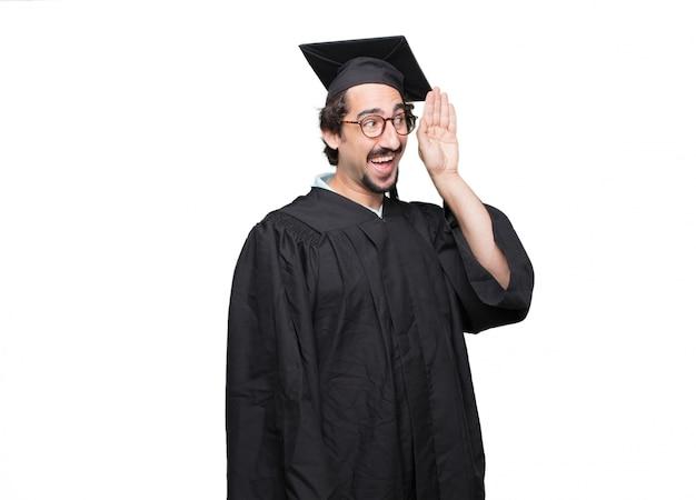 Uomo barbuto laureato prestando attenzione, cercando di ascoltare e ascoltare ciò che viene detto