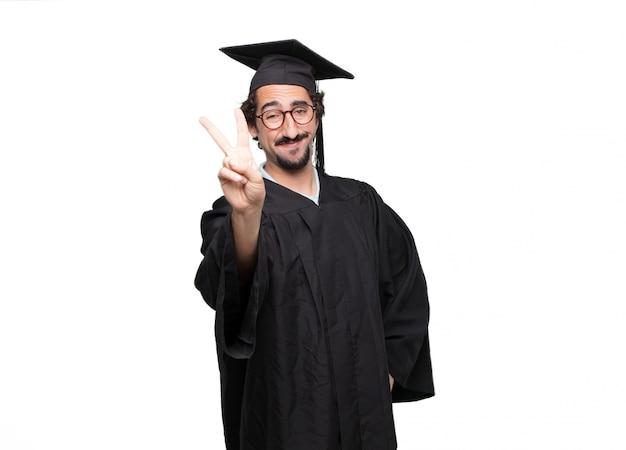 Uomo barbuto laureato sorridente con uno sguardo fiero, soddisfatto e felice
