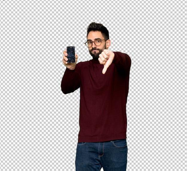 Uomo bello con gli occhiali con lo smartphone rotto azienda disturbata