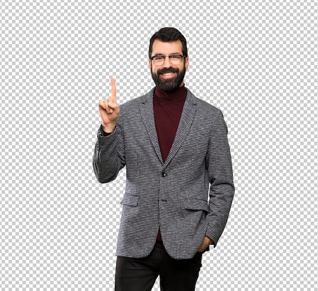 Uomo bello con i vetri che mostra e che solleva un dito nel segno del meglio