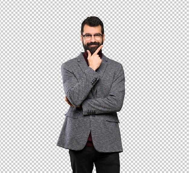 Uomo bello con il pensiero di occhiali