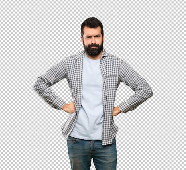 Uomo bello con la barba arrabbiata