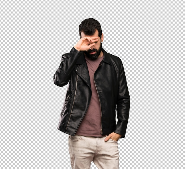 Uomo bello con la barba con espressione stanca e malata