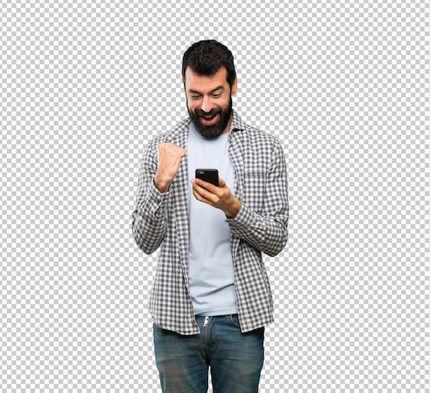 Uomo bello con la barba sorpreso e l'invio di un messaggio