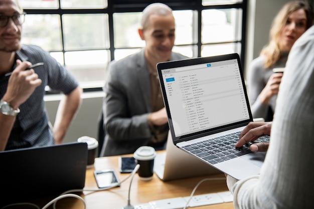 Uomo che controlla la sua posta elettronica su un computer portatile