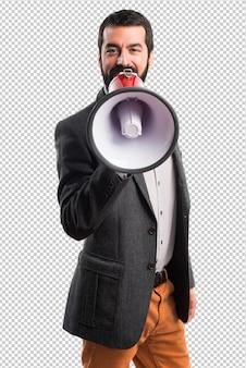 Uomo che grida dal megafono