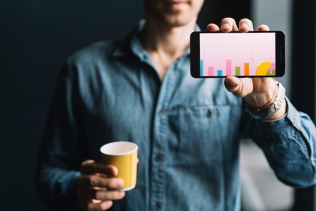 Uomo che mostra il modello di smartphone