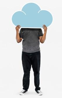 Uomo che tiene un simbolo di nuvola blu