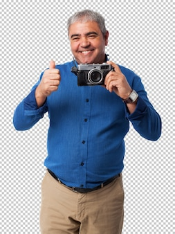 Uomo che usando la fotocamera