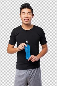 Uomo cinese felice di sport con la bevanda di energia