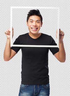 Uomo cinese freddo che tiene una cornice nera