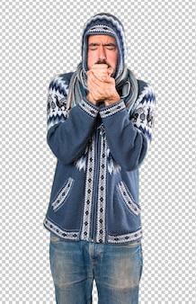 Uomo con abiti invernali tosse molto