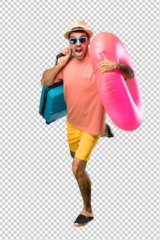 Uomo con cappello e occhiali da sole per le sue vacanze estive in esecuzione veloce