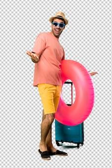 Uomo con cappello e occhiali da sole sulle sue vacanze estive orgoglioso e autosoddisfatto nell'amore te stesso concetto