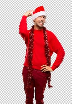 Uomo con i vestiti rossi che celebra le feste di natale che hanno dubbi mentre grattano la testa