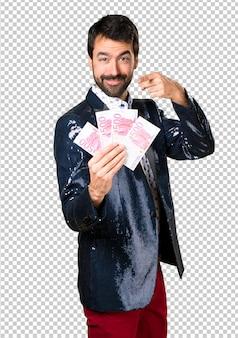 Uomo con la giacca che prende molti soldi