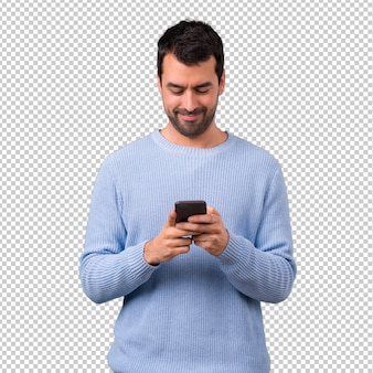 Uomo con maglione blu utilizzando il telefono cellulare