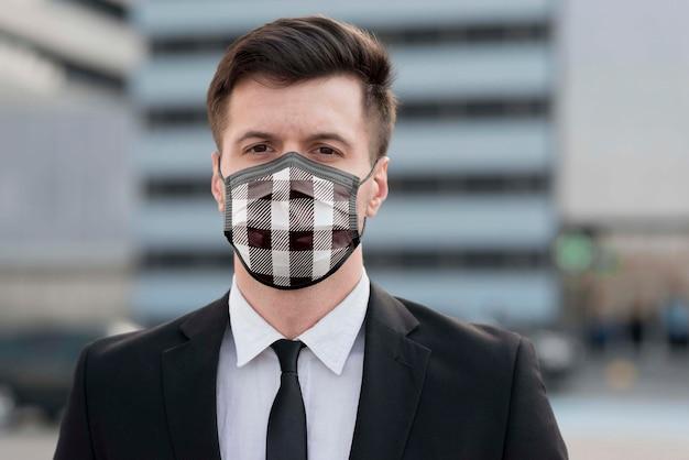 Uomo con maschera in tessuto sul viso