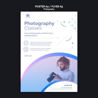 Uomo con modello di stampa flyer fotocamera moderna