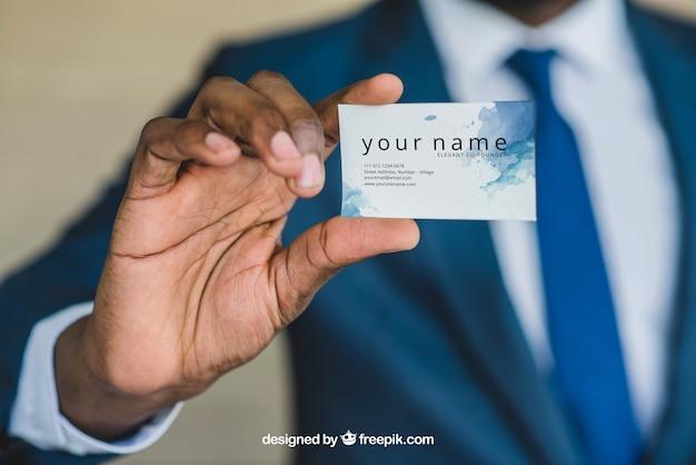 Uomo d'affari che mostra biglietto da visita vicino