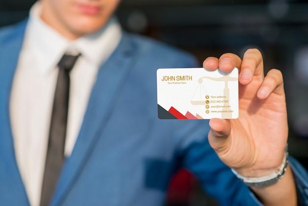 Uomo d'affari che mostra modello del biglietto da visita