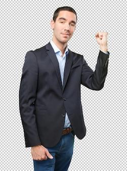 Uomo d'affari fiducioso con il gesto di forza