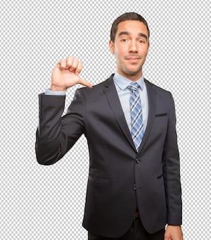 Uomo d'affari soddisfatto che fa un gesto di vittoria