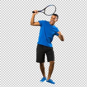 Uomo del giocatore di tennis afroamericano