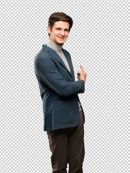 Uomo dell'adolescente con il collo alto che indica indietro