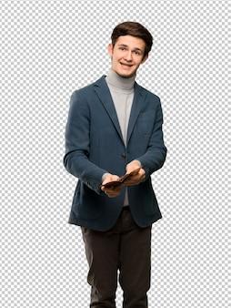Uomo dell'adolescente con il collo alto che tiene un portafoglio