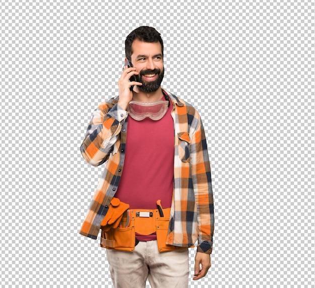 Uomo dell'artigiano che mantiene una conversazione con il telefono cellulare