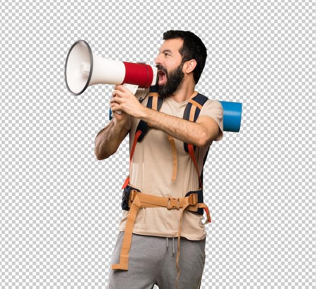 Uomo della viandante che grida tramite un megafono