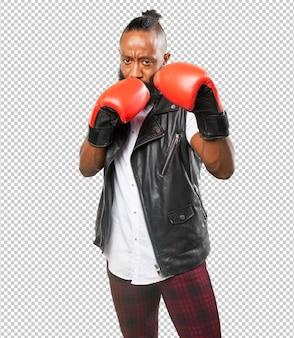 Uomo di colore che combatte con guantoni da boxe