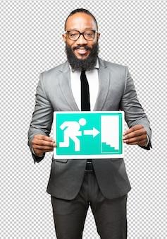 Uomo di colore che tiene un banner di uscita