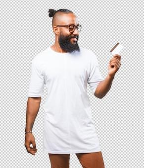 Uomo di colore che tiene una carta di credito