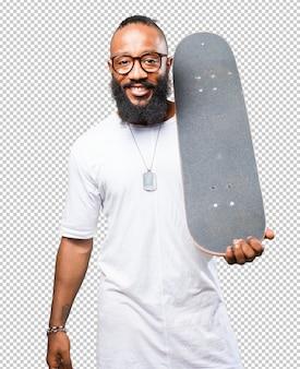 Uomo di colore che tiene uno skateboard