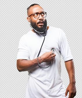 Uomo di colore che tiene uno stetoscopio