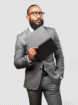 Uomo di colore di affari che tiene un libro