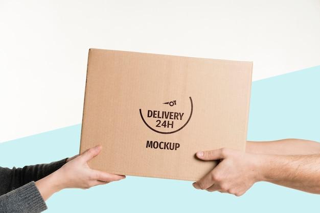 Uomo di consegna che consegna una scatola a un cliente