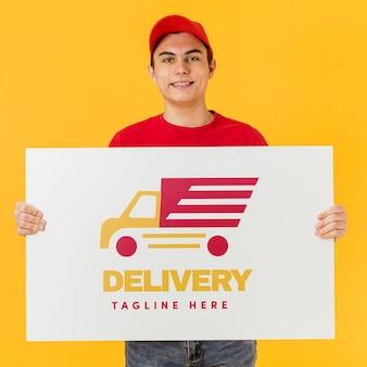 Uomo di consegna che tiene mock-up di cartone