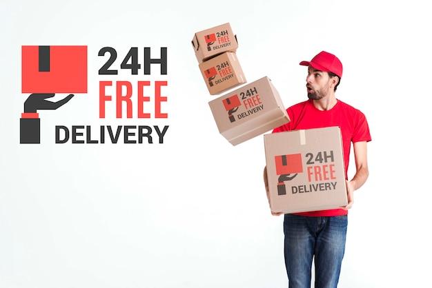 Uomo di consegna gratuito non-stop con scatole cadute