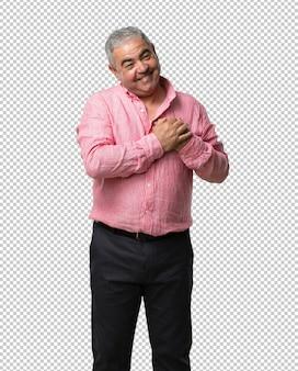 Uomo di mezza età che fa un gesto romantico, innamorato di qualcuno o che mostra affetto per qualche amico