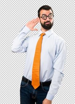 Uomo divertente con gli occhiali ascoltando qualcosa