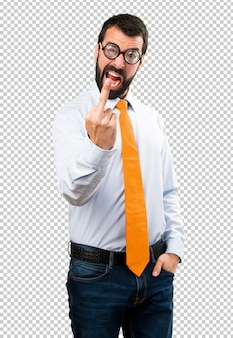 Uomo divertente con gli occhiali che fa gesto di corno