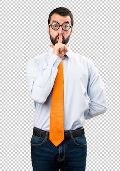 Uomo divertente con gli occhiali che fa gesto di silenzio