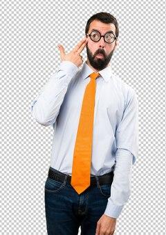 Uomo divertente con gli occhiali che fa gesto di suicidio