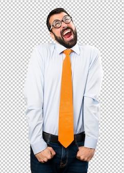 Uomo divertente con gli occhiali che grida