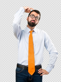 Uomo divertente con gli occhiali che hanno dubbi