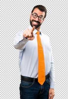 Uomo divertente con gli occhiali che punta verso la parte anteriore