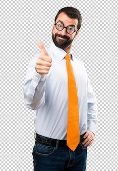 Uomo divertente con gli occhiali con il pollice in su